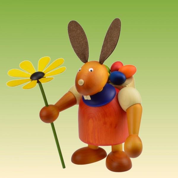 Hase mit Eierkiepe und Blume