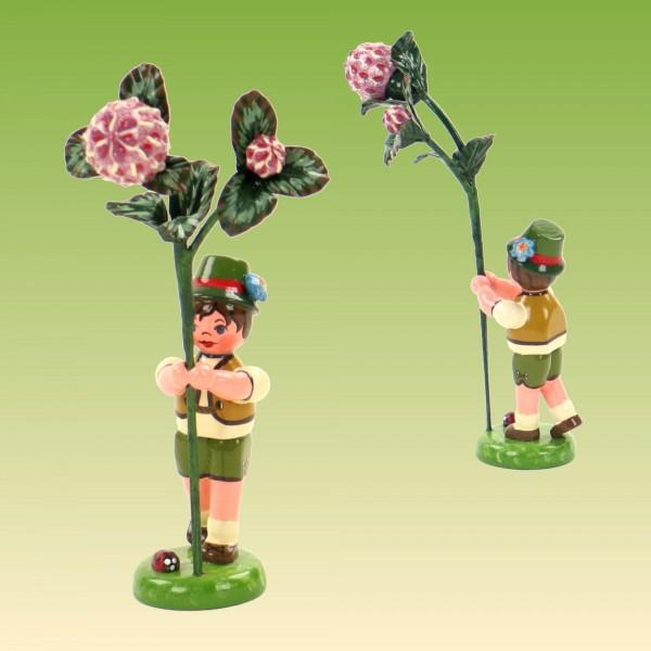 Blumenkind Junge mit Kleeblume