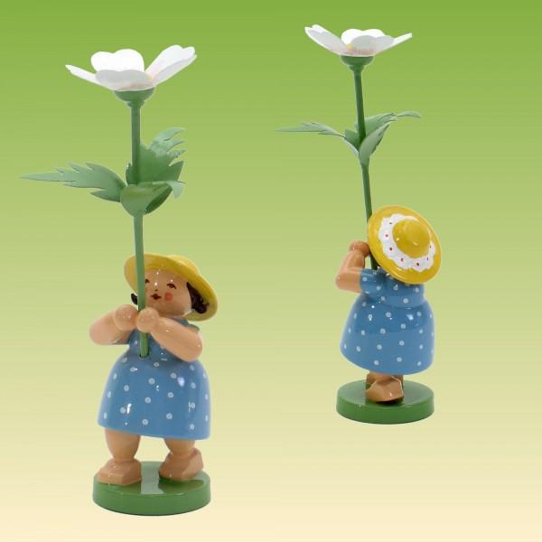 Blumenkind Mädchen mit Buschwindrose